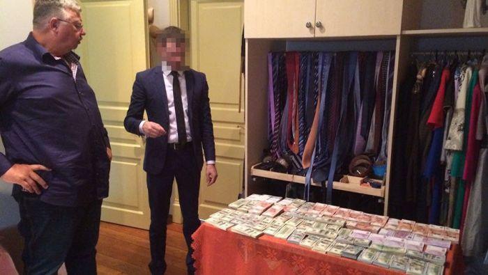 В доме главы Федеральной таможенной службы Андрея Бельянинова найдены крупные суммы наличных в коробках из-под обуви (5 фото)