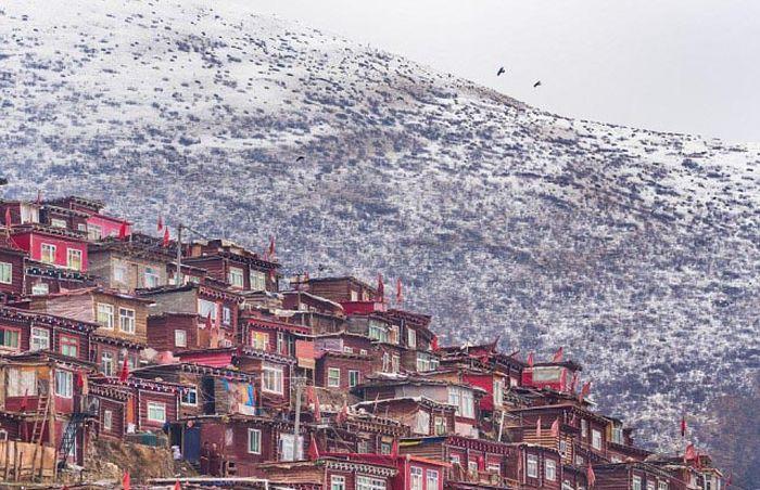 Власти Китая начали сносить строения в городе тибетских монахов Ларунг Гар (8 фото)