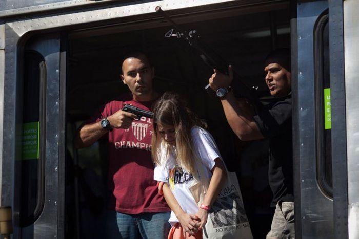 Прогулка по фавелам Рио-де-Жанейро с сотрудниками спецназа (21 фото)
