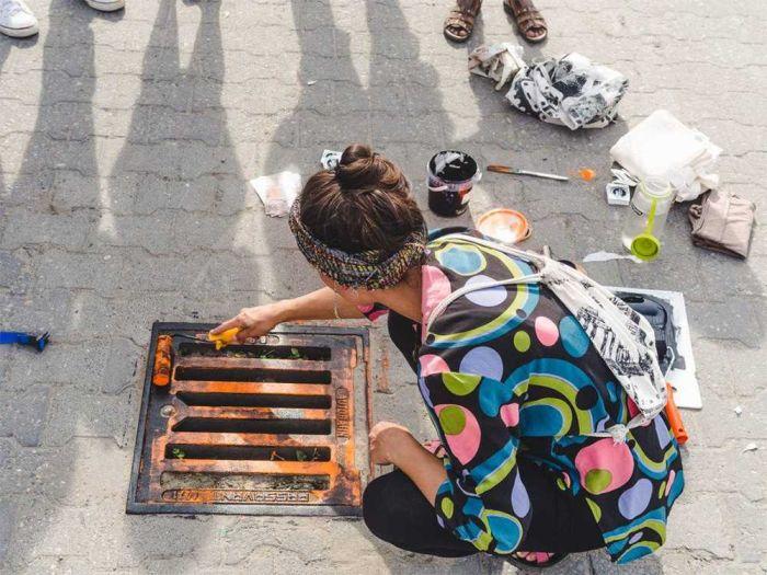 Художники печатают принты на футболках с помощью канализационных люков (7 фото)