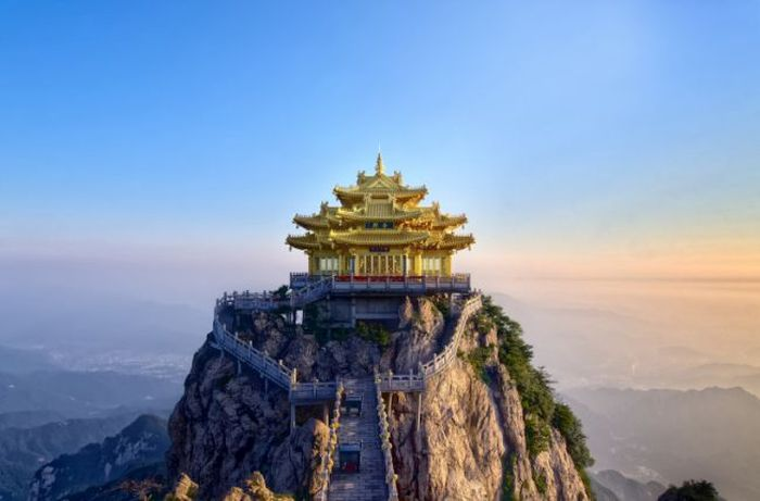 В Китае туристы разбили лагерь на высоте 1700 метров (6 фото)