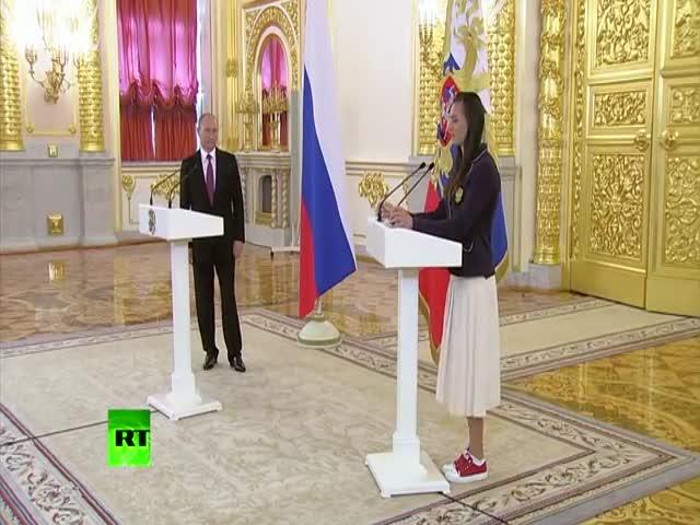 Елена Исинбаева расплакалась на трибуне во время встречи с Путиным