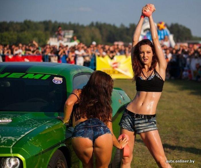 В Гродно прошел конкурс эротической мойки машин (25 фото)
