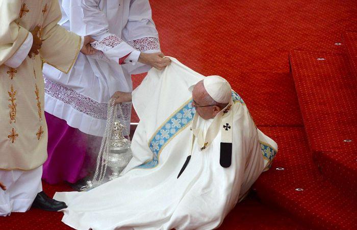 Папа Римский Франциск упал перед началом мессы в Польше (8 фото + видео)