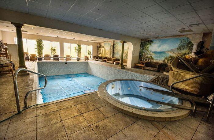 Заброшенный свингер-клуб в Великобритании (11 фото)