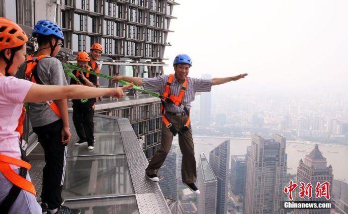 В Шанхае появилась обзорная площадка без заграждений и поручней (8 фото)