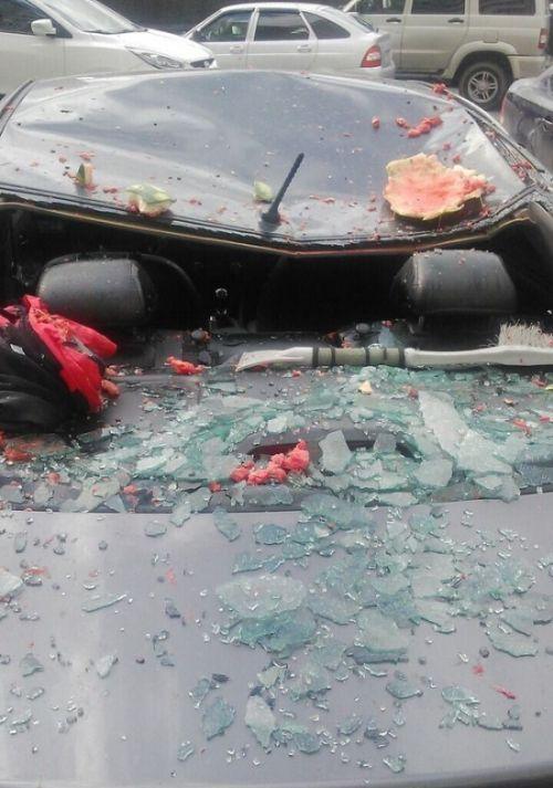 В Сургуте выброшенный в окно арбуз разбил автомобиль (3 фото + видео)