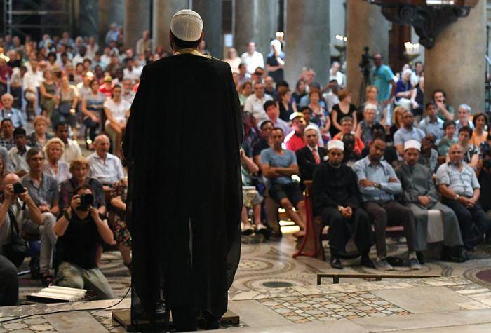 Мусульмане Европы скорбят по убитому исламистами католическому священнику (5 фото)