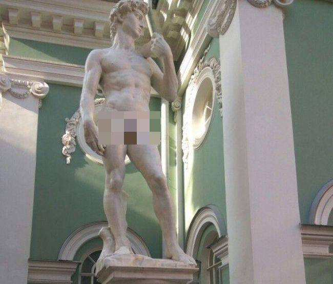 В Санкт-Петербурге половые органы копии статуи Давида прикрыли кепкой (4 фото)