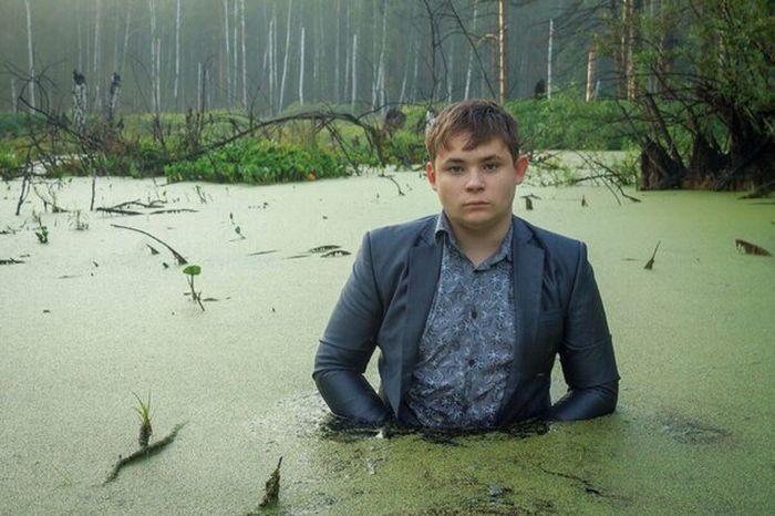Фотосессия в болоте «Офисная рутина» покорила Рунет (4 фото)