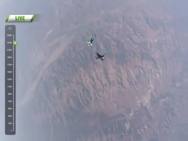 Экстремал Люк Айкинс спрыгнул без парашюта с высоты 7600 метров