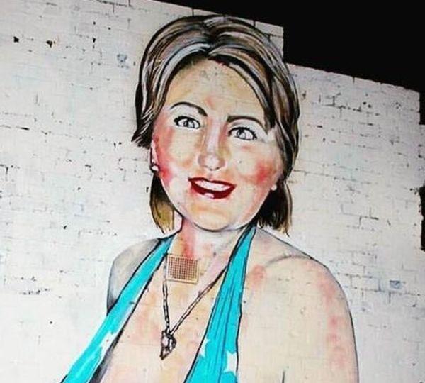 Уличный художник Lushsux дорисовал никаб к изображению Хиллари Клинтон (2 фото)
