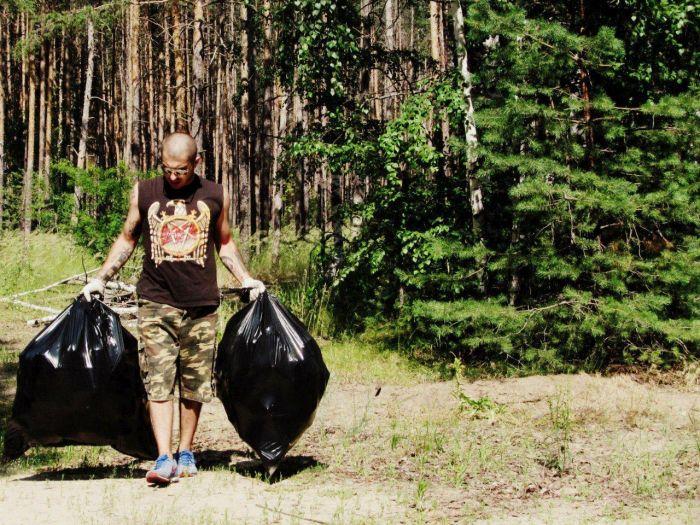 Воронежский слесарь очищает лес от мусора (3 фото)