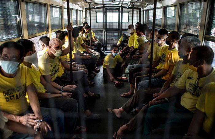 Шокирующие фото из филиппинской тюрьмы в городе Кесон-Сити (14 фото)
