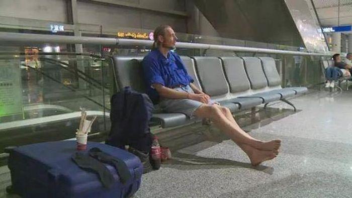 Голландец 10 дней ждал в аэропорту девушку с сайта знакомств (4 фото)