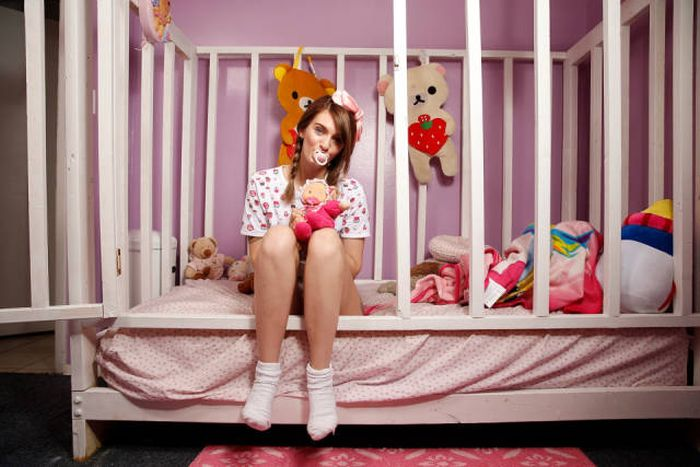 21-летняя девушка живет жизнью маленького ребенка (18 фото)