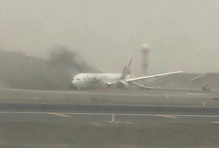 В аэропорту Дубая после экстренной посадки загорелся самолет (3 фото)