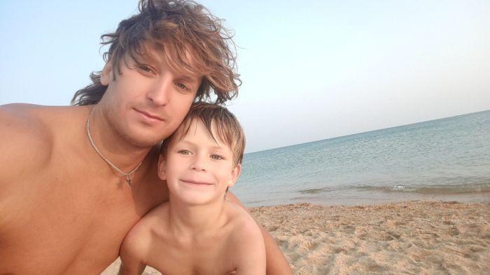 Тренер по плаванию спас семью, унесенную в море на надувном матрасе (2 фото)