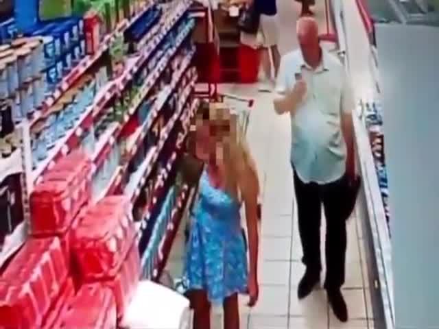 Пожилой мужчина с помощью телефона заглянул под платье девушке