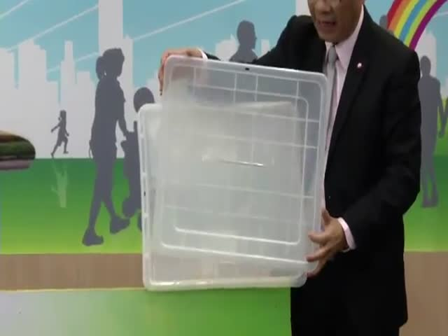 В Таиланде сломали «небьющуюся» урну для голосования