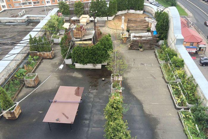 Житель Подмосковья обустроил зону отдыха на крыше многоэтажки (4 фото)