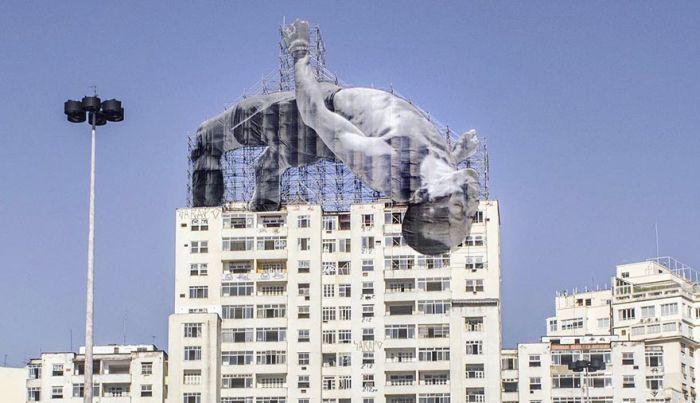 Строительные леса в Рио-де-Жанейро украсили гигантские изображения спортсменов (7 фото)