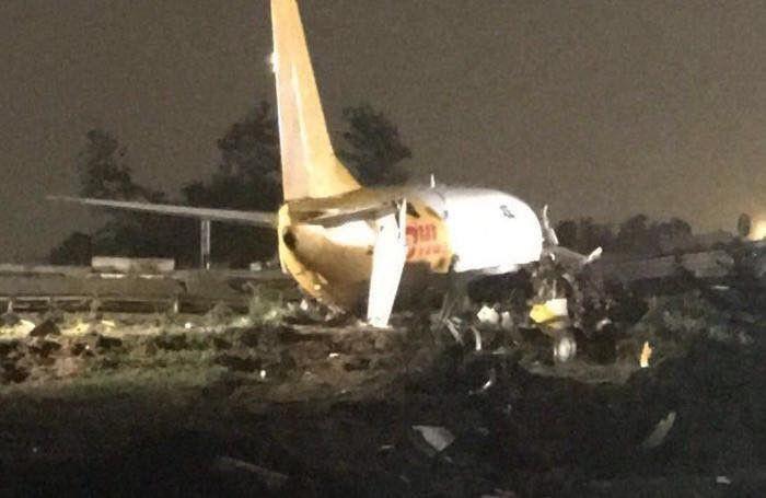 В аэропорту Бергамо грузовой самолет выехал на автостраду (3 фото)
