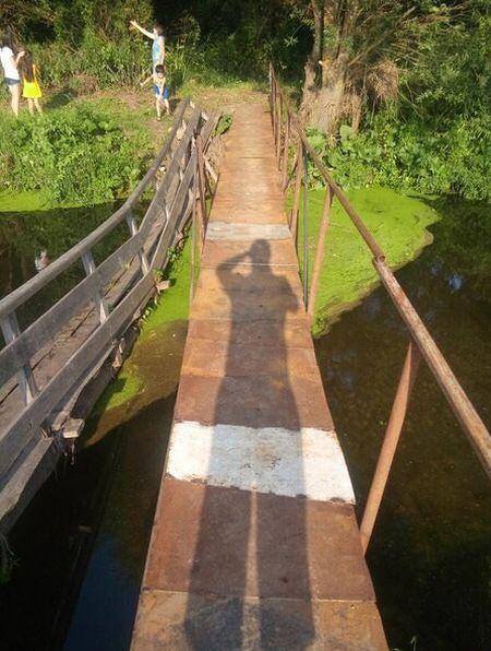 В Нижегородской области построили мост из надгробий (2 фото + видео)