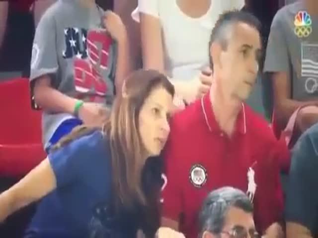 Родители наблюдают за выступлением сына-гимнаста