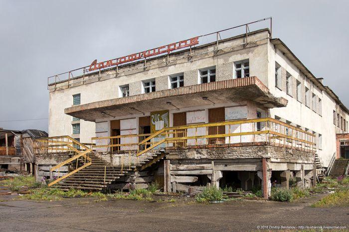 Типичный заброшенный поселок на Чукотке (41 фото)