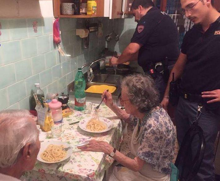 Римские полицейские приготовили ужин для одиноких пенсионеров (2 фото)