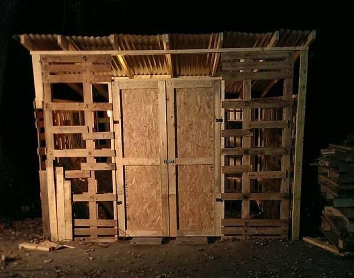 Сарай из деревянных паллет (10 фото)