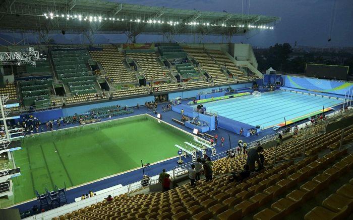Олимпийцам пришлось прыгать в бассейн с ярко-зеленой водой (9 фото)