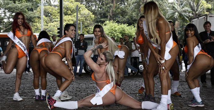 Участницы конкурса «Мисс Бум-Бум» спровоцировали пробку в Сан-Паулу (14 фото)
