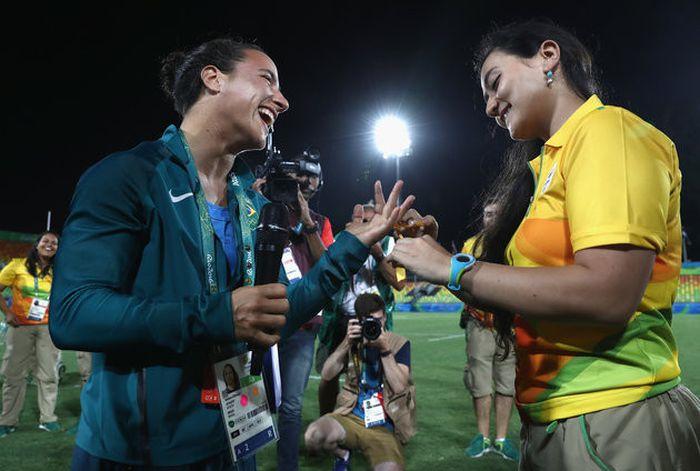 Волонтер на Олимпийских играх сделала предложение регбистке сразу после матча (6 фото)