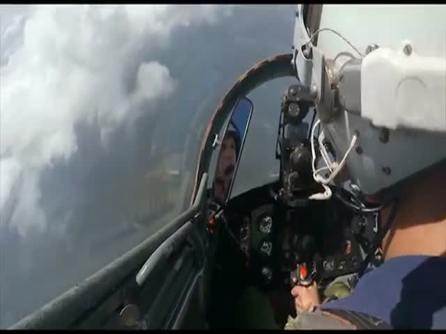 Молодой пилот теряет сознание из-за перегрузок