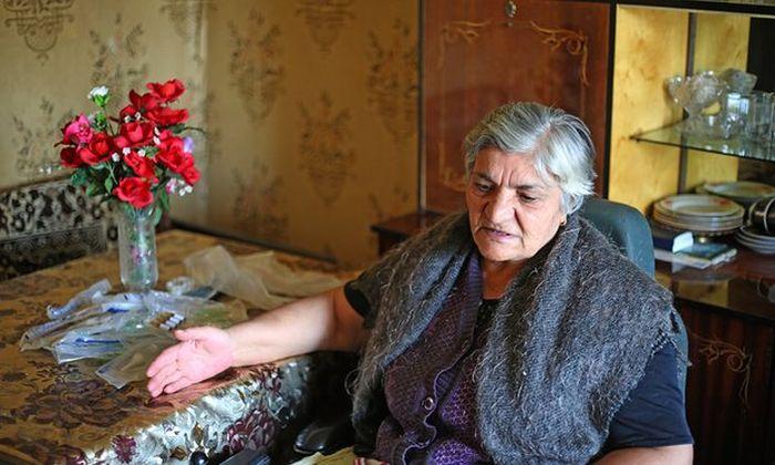 В Армении инвалид в течение 10 лет не может покинуть квартиру из-за соседской кладовки (2 фото)