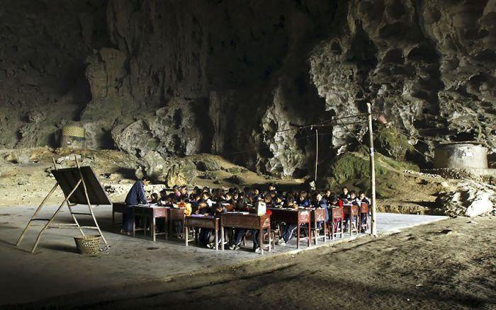 Деревня внутри пещеры (6 фото)