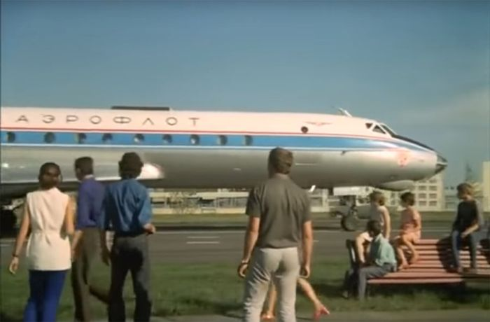 Как снимали посадку самолёта на шоссе в «Невероятных приключениях итальянцев в России» (8 фото + видео)