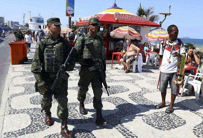 В Рио-де-Жанейро наркоторговцы расстреляли машину военнослужащих, обеспечивавших безопасность на Олимпиаде (3 фото + видео)