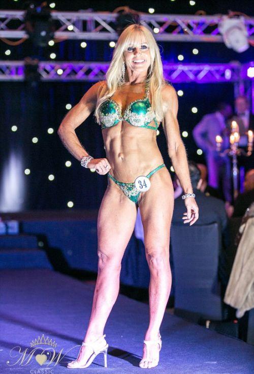 52-летняя британка участвует в конкурсе фитнес-бикини (8 фото)