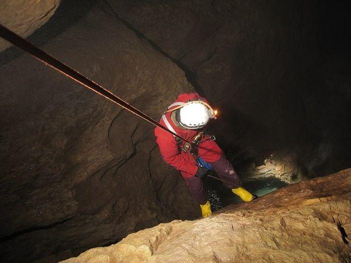 Экскурсия по пещере Снежной - одной из самых глубоких пещер мира (13 фото)
