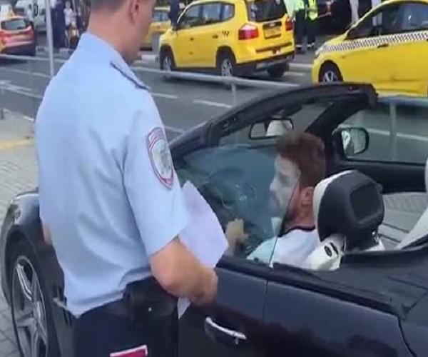 Водитель люксового автомобиля оскорбил полицейского