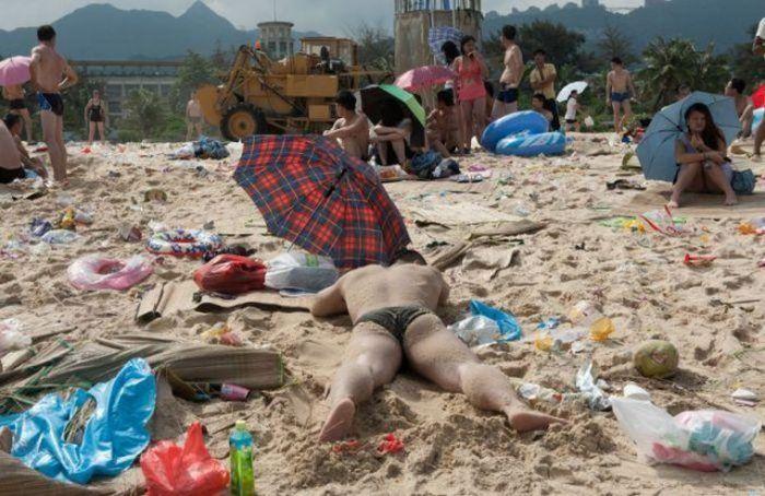 Китайские пляжи утопают в мусоре (13 фото)