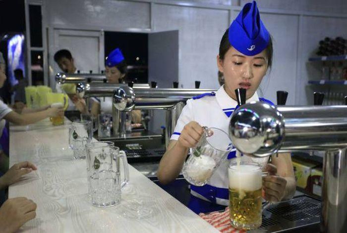 В КНДР прошел первый в истории пивной фестиваль (10 фото + видео)