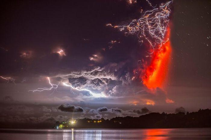 Молния во время извержения вулкана Кальбуко в Чили (7 фото)