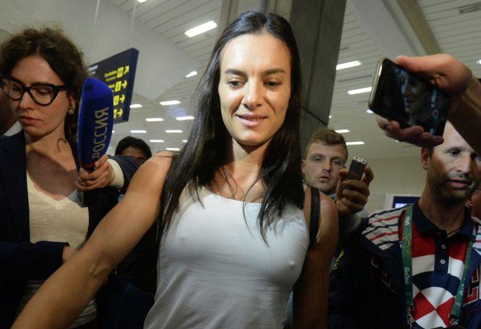 Елена Исинбаева замерзла в аэропорту Рио-де-Жанейро (2 фото)