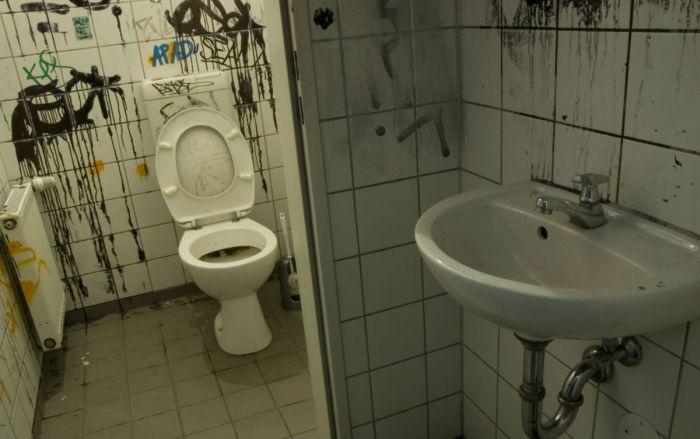 Британец познакомился с будущей женой благодаря телефонному номеру на стене туалета (2 фото)