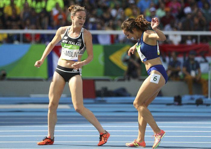 На Олимпиаде в Рио американская бегунья помогла подняться упавшей сопернице (8 фото)