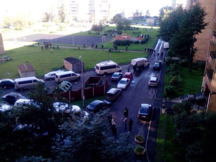 В Санкт-Петербурге во время спецоперации по задержанию террористов прогремели два взрыва